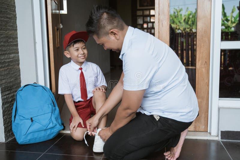 Asiatisk elementär student som får skolmogen med fadern royaltyfri foto