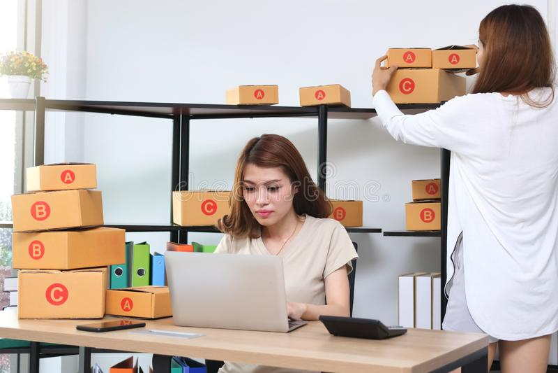 Asiatisk entreprenörägare för tonåring som tillsammans hemma arbetar på arbetsplatsen Starta upp små och medelstora företag fotografering för bildbyråer