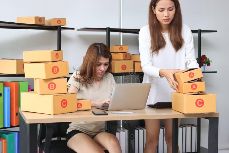 Asiatisk entreprenörägare för tonåring som tillsammans hemma arbetar på arbetsplatsen Starta upp små och medelstora företag arkivfoto