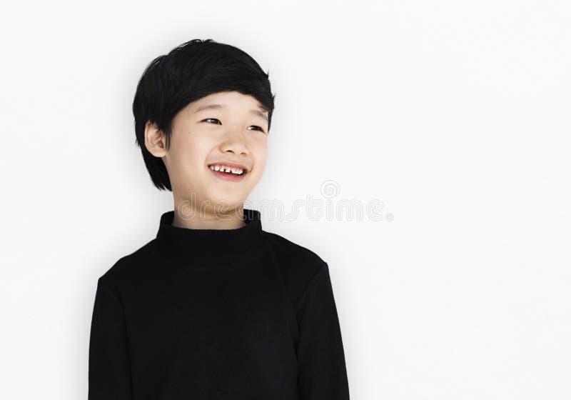 Asiatisk etnicitetpojke med en svart skjorta royaltyfri bild