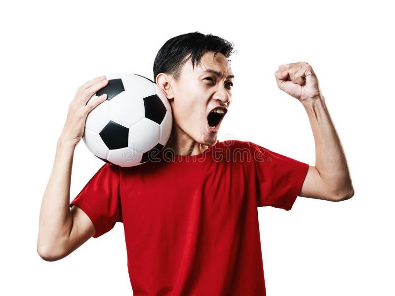 Asiatisk för fotbollfan för thailändskt folk fotboll i röd muffskjortaisolat royaltyfri foto
