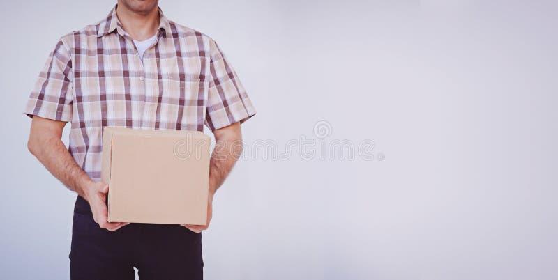 Asiatisk för innehavask för ung man packe, leveransman royaltyfria bilder
