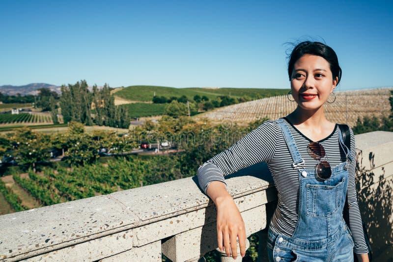 Asiatisk för kvinna sightvingård glatt royaltyfria bilder