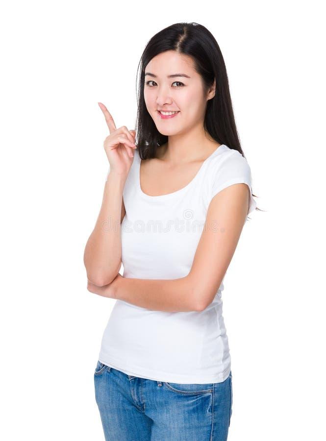Asiatisk för visningfinger för ung kvinna punkt upp royaltyfri fotografi