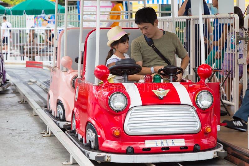 Asiatisk fader och dotter på det Tokyo kupolnöjesfältet arkivfoto