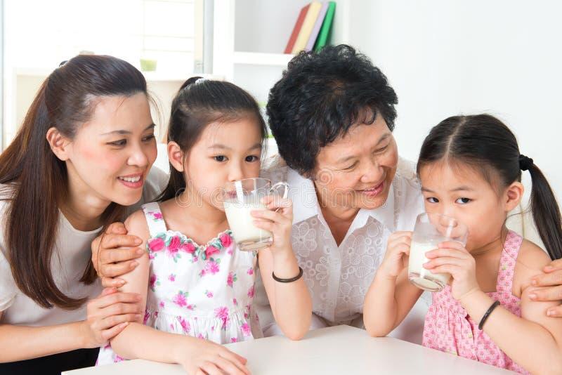 Asiatisk familj för lyckliga mång- utvecklingar hemma royaltyfria bilder