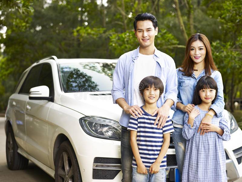 Asiatisk familj på vägen arkivfoto