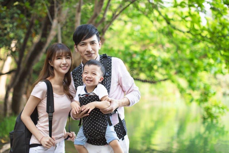 asiatisk familj som fotvandrar i skog och djungel royaltyfri fotografi