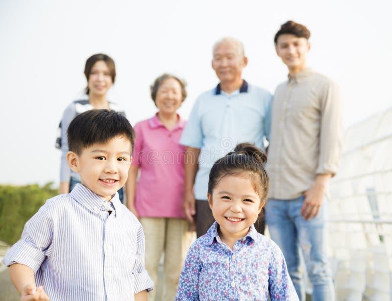 Asiatisk familj som har gyckel tillsammans utomhus arkivbilder