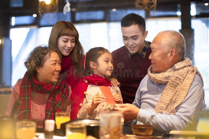Asiatisk familj som har matställen och firar kinesiskt nytt år royaltyfria foton