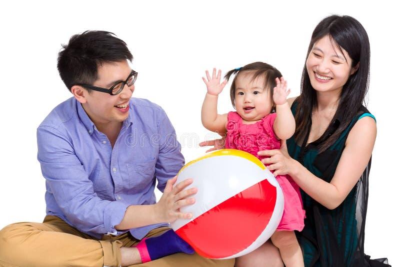 Asiatisk familj som spelar bollen royaltyfri foto