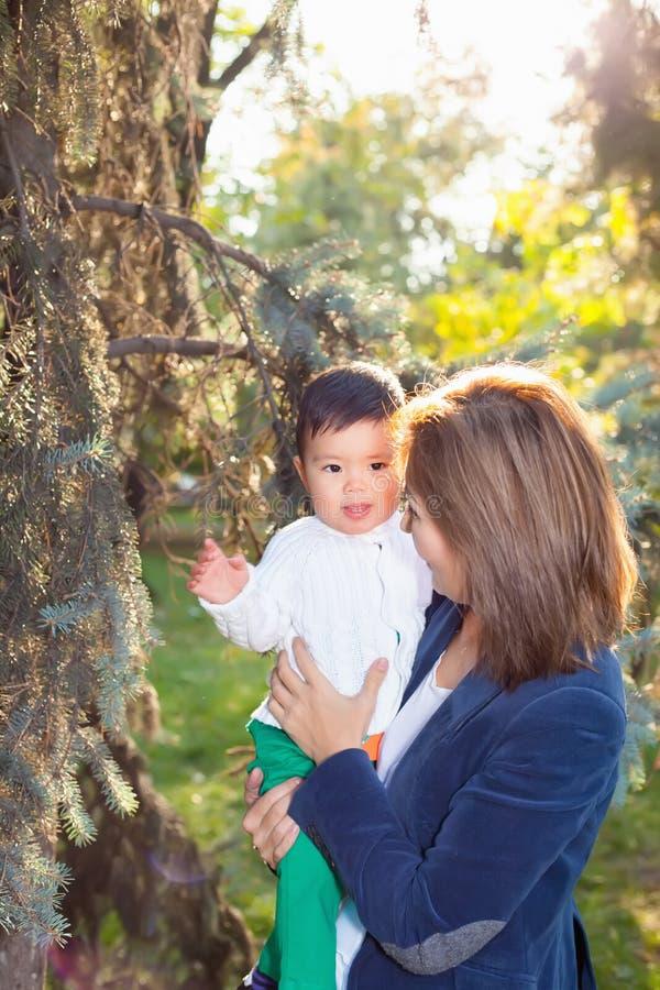 Asiatisk farmor som spelar med hennes sonson i parkera royaltyfri foto