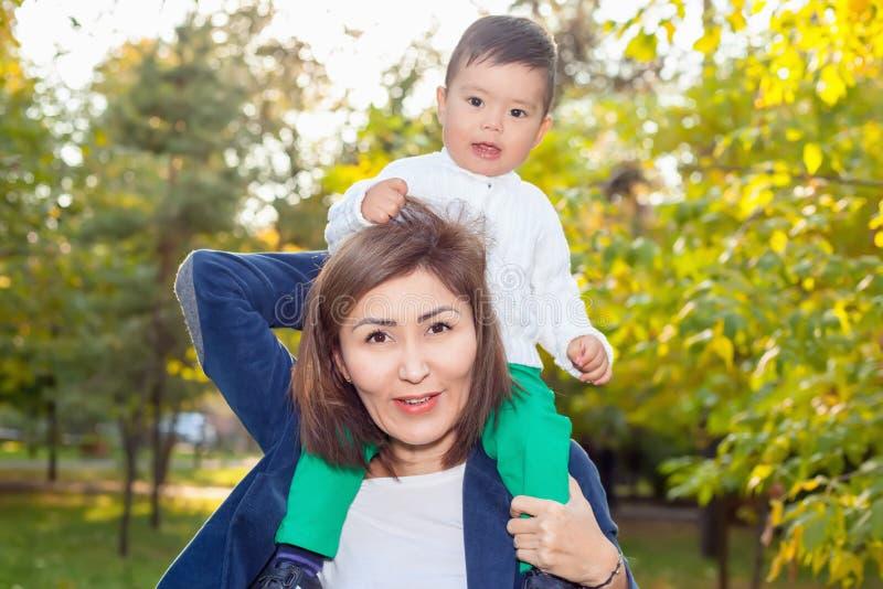 Asiatisk farmor som spelar med hennes sonson i parkera arkivfoto
