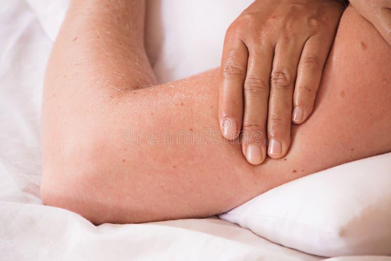 asiatisk femailhand f?r massage som arbetar med thai massage royaltyfri fotografi