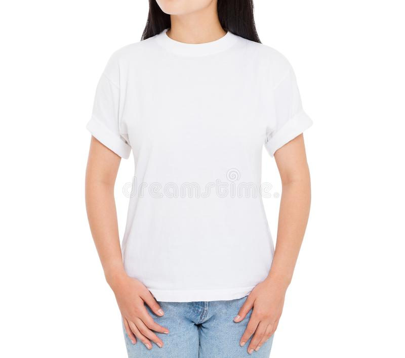 Asiatisk flicka i den vita tomma t-skjortan som isoleras p? vit bakgrund - kvinnatshirtmodell arkivbild