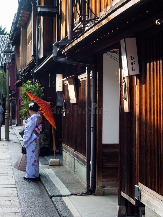 Asiatisk flicka i kimono i Higashichaya geishaområde av Kanazawa royaltyfria foton