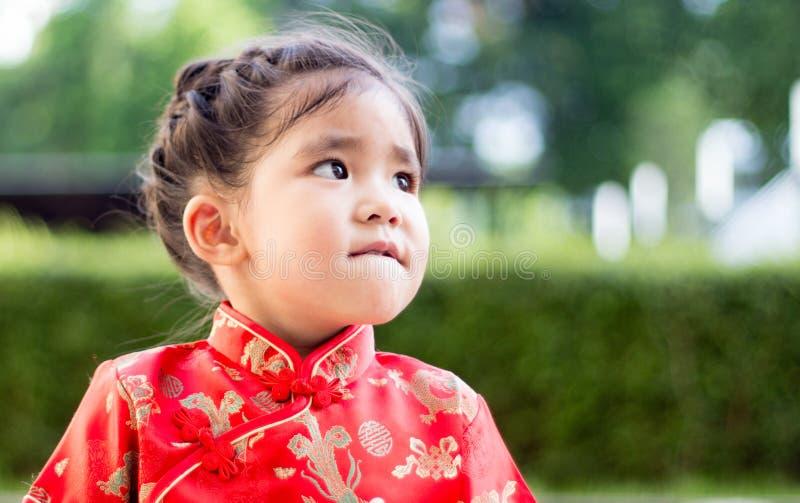 Asiatisk flicka i röd klänning royaltyfri fotografi