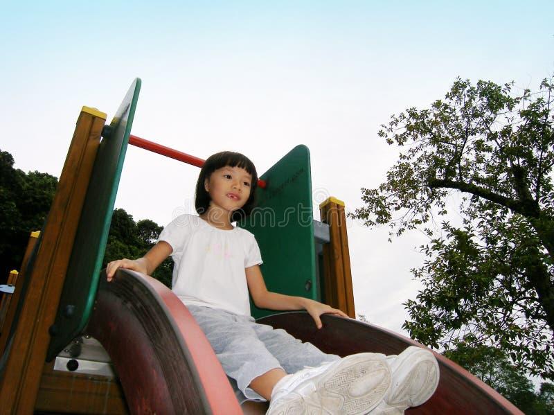 asiatisk flicka little glidbana arkivbilder