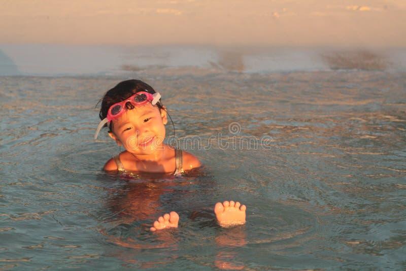 asiatisk flicka little väntande vatten arkivfoto