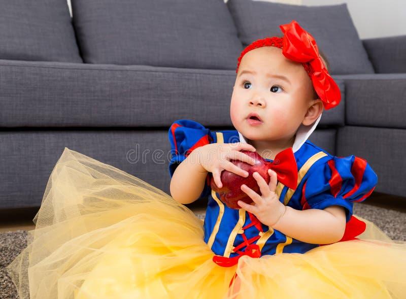 Asiatisk flicka med den halloween partidressingen arkivbilder