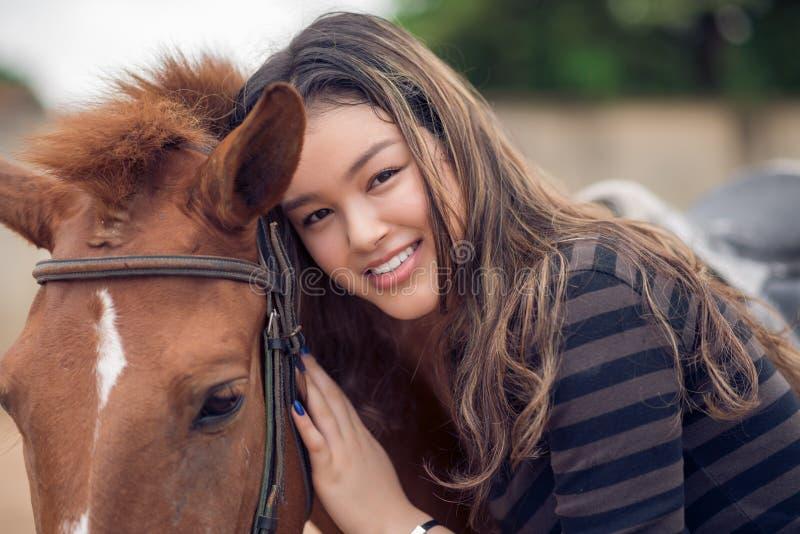 Asiatisk flicka och ponny arkivbilder