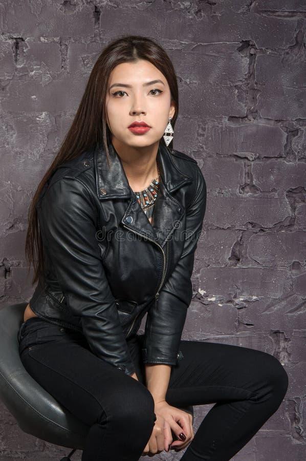 Asiatisk flicka som bär ett svart omslag royaltyfria foton