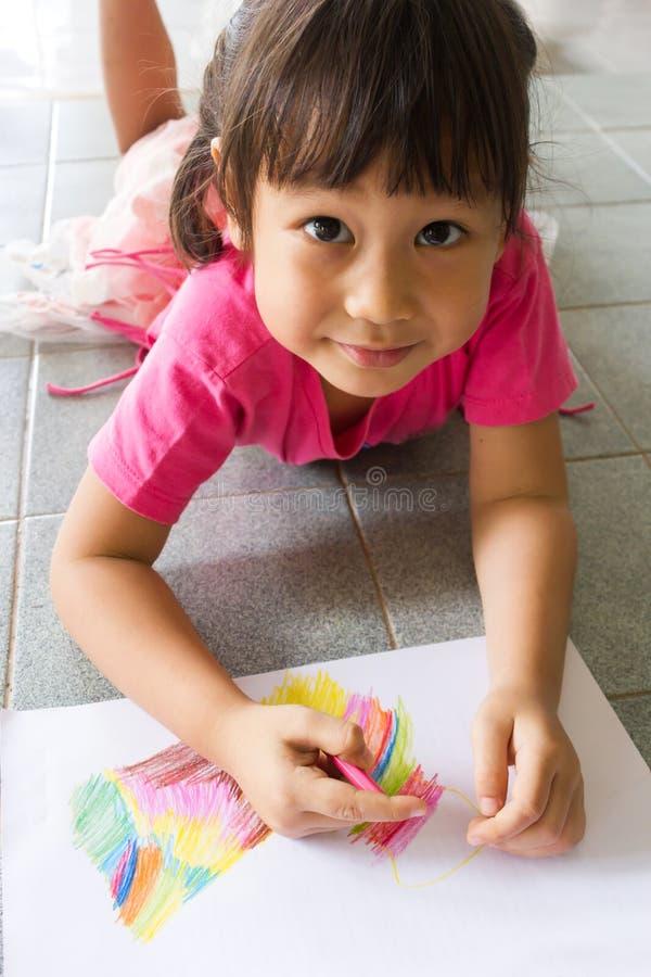 Asiatisk flicka som drar en bild fotografering för bildbyråer