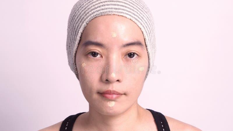 Asiatisk flicka som inte utgör vid verklig fundamentflytande för att retuschera fotografering för bildbyråer