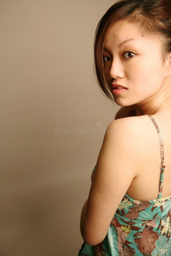 asiatisk flicka som ser tittaren arkivfoto