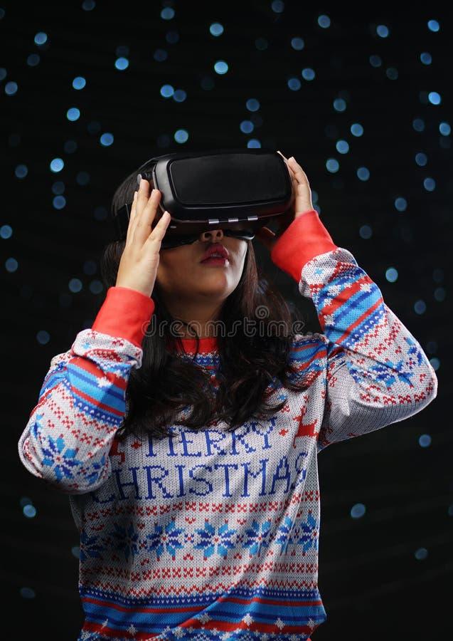 Asiatisk flicka som spelar för glödsnö för virtuell verklighet mörk bakgrund arkivbild