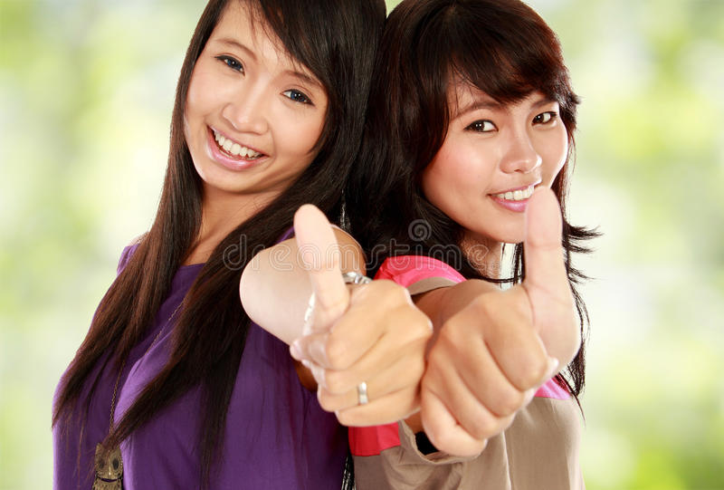 asiatisk flicka som visar upp tumen royaltyfri fotografi