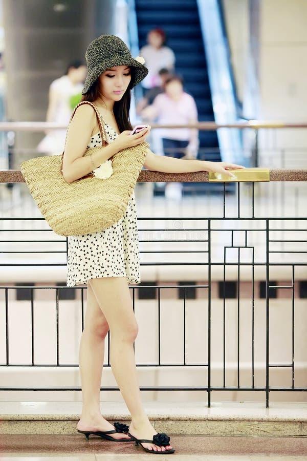 asiatisk flickagalleriashopping royaltyfria foton