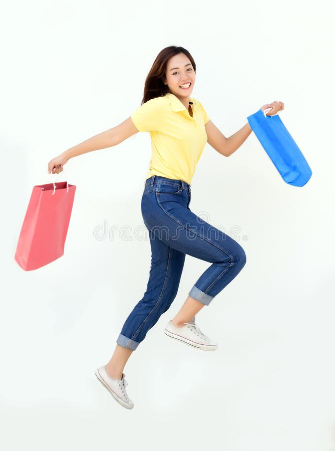 Asiatisk flickahåll som shoppar den pappers- påsen fotografering för bildbyråer