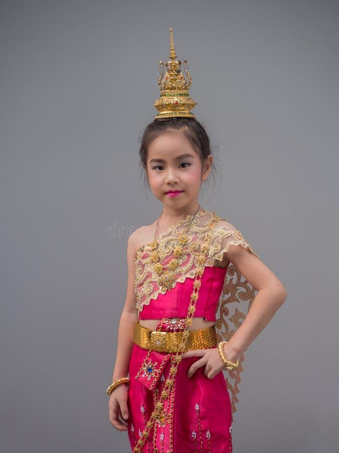 Asiatisk flickaklänning för liten unge den thailändska traditionella klänningen arkivbilder