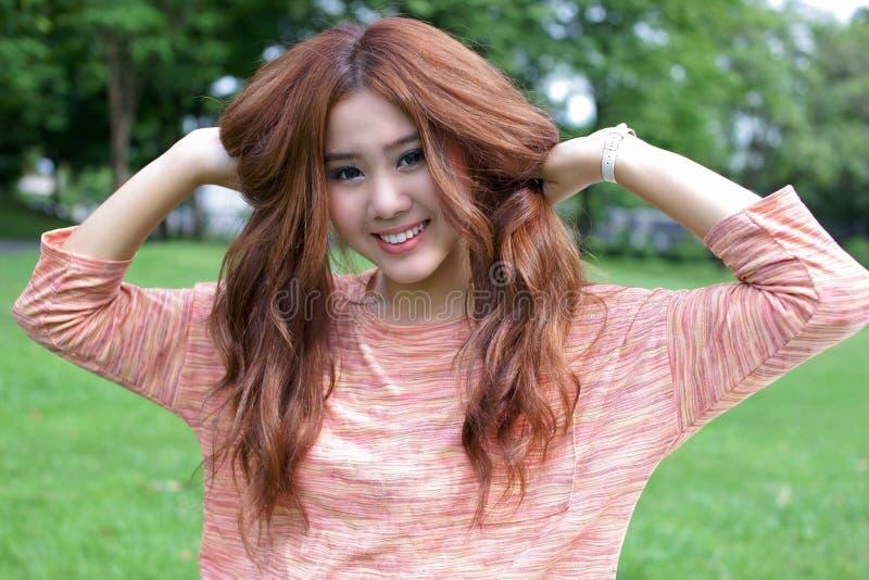 Asiatisk flickastående arkivbild
