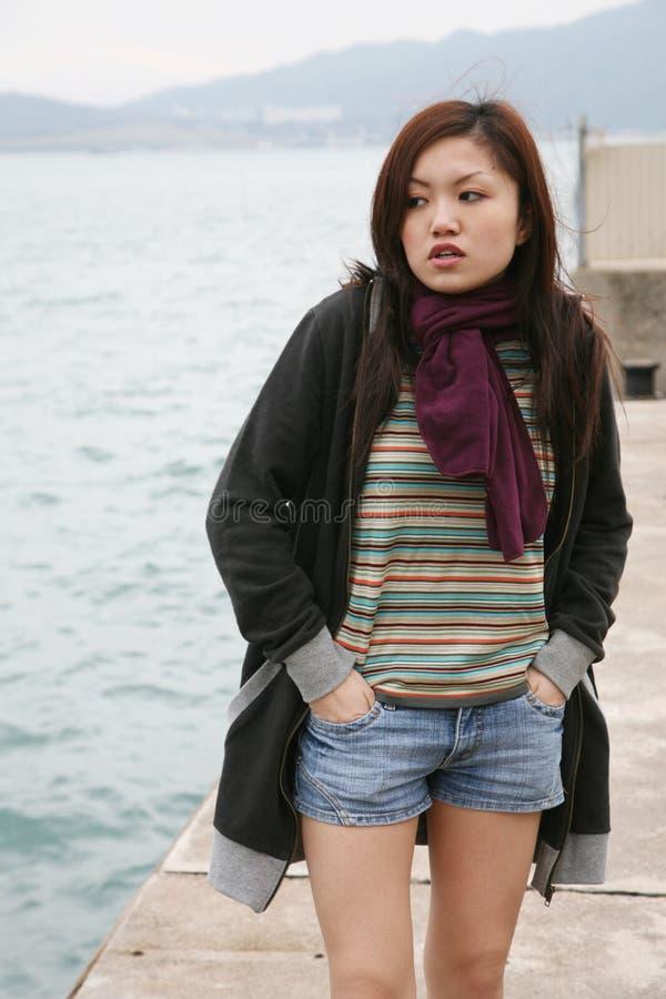 asiatisk flickastanding arkivbilder
