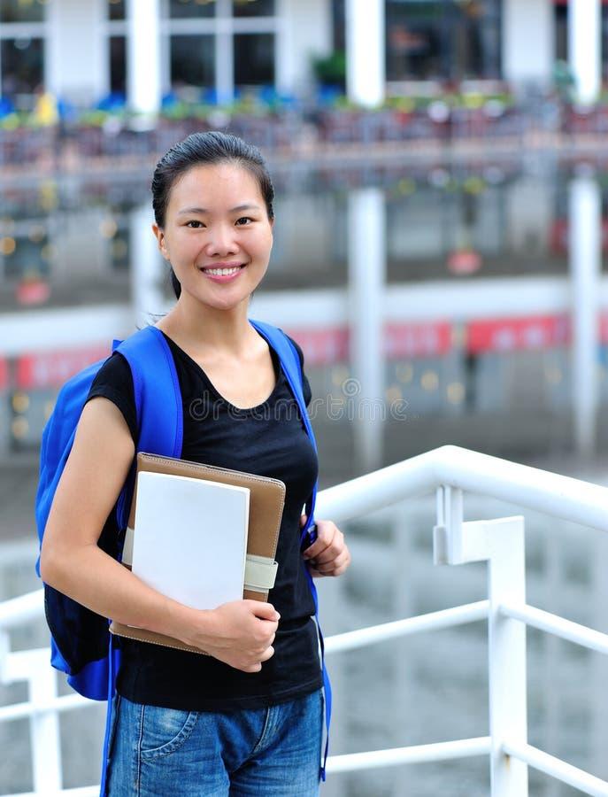 Asiatisk flickastudent i universitetsområde arkivfoto