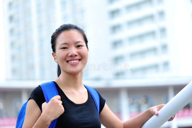 Asiatisk flickastudent i universitetsområde royaltyfria foton