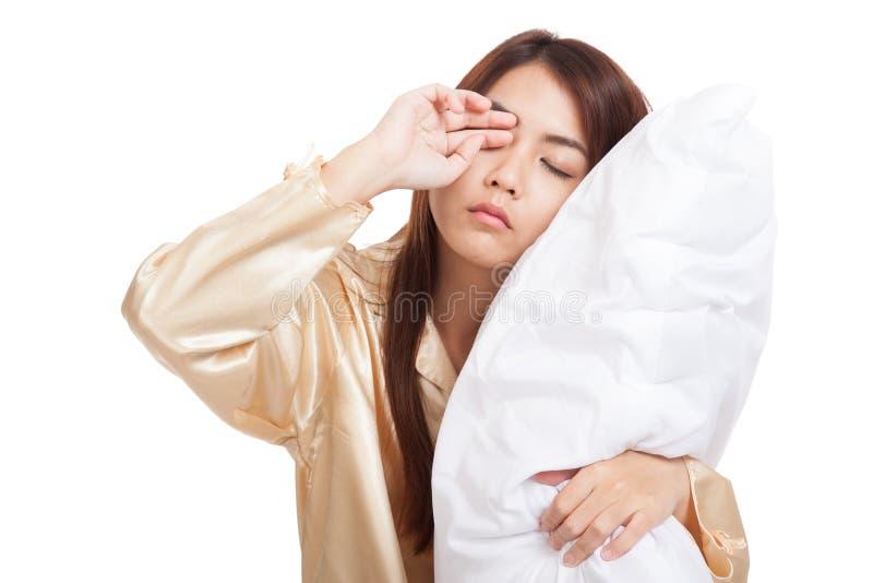 Asiatisk flickavak upp sömnigt och dåsigt med kudden arkivfoto