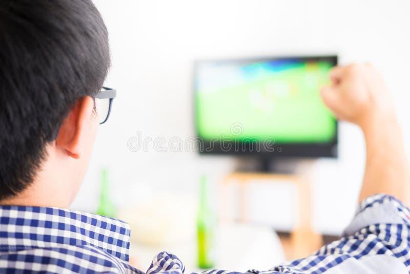 Asiatisk fotbollsupportergrupp av den hållande ögonen på fotbollsporten för vän royaltyfria bilder