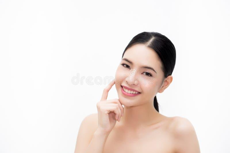 Asiatisk framsida för ung skönhet, härlig kvinna som isoleras över vit bakgrund Sjukvård och Skincare begrepp royaltyfri foto