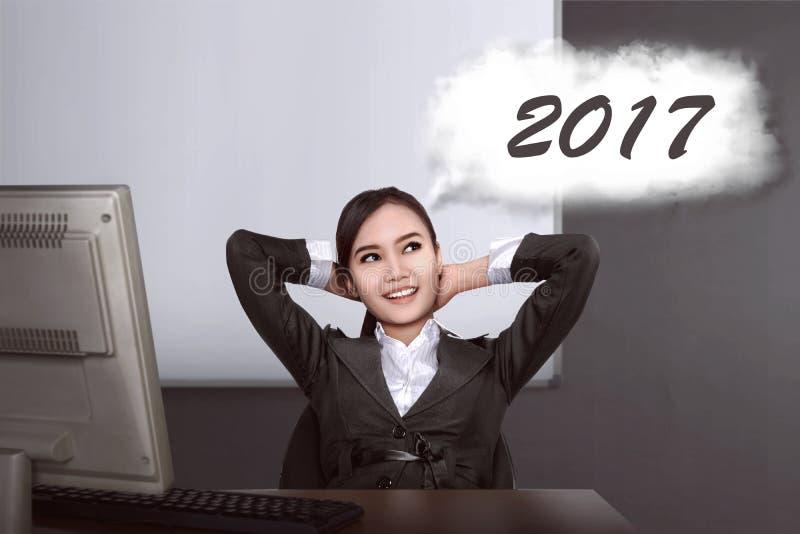 Asiatisk funderare för affärskvinna om mål i 2017 arkivbilder