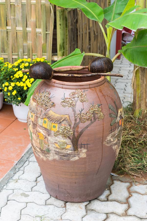 Asiatisk gammal traditionell leravattenkrus, slev för kokosnötfruktvatten, saker som ses i lantlig bygdregion arkivbild