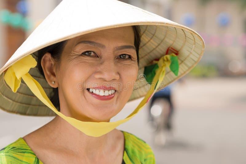 asiatisk gladlynt kvinna arkivbild