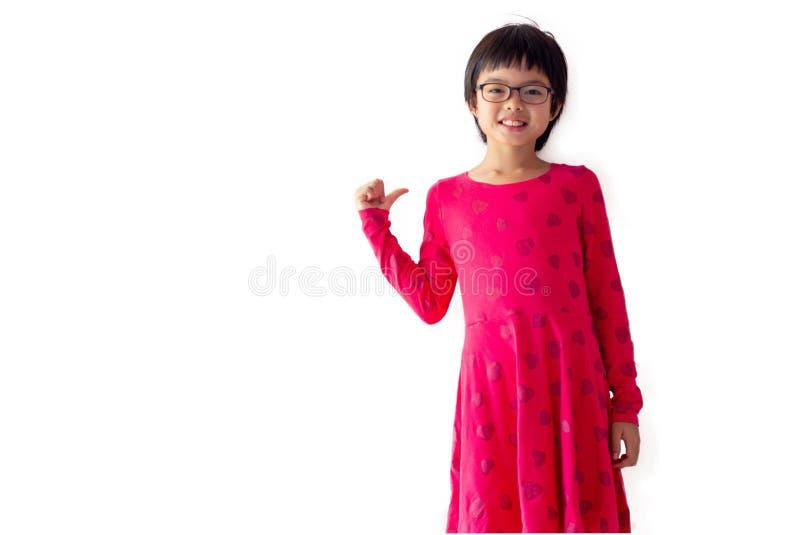 Asiatisk gullig flicka för stående med att le framsidan för annonsering och affischtavla Studioskott av unga flickan med pastellf royaltyfri bild