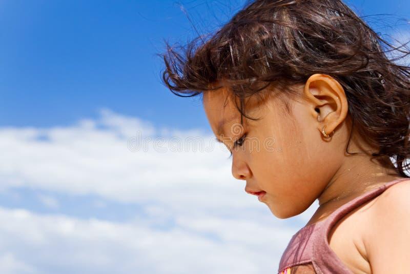 asiatisk gullig flicka little stående fotografering för bildbyråer