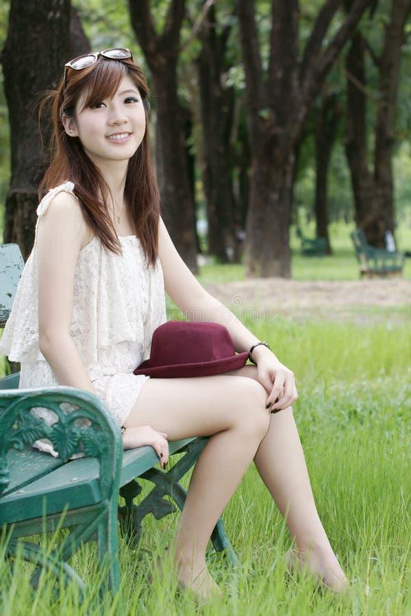 asiatisk gullig flickastående arkivfoto
