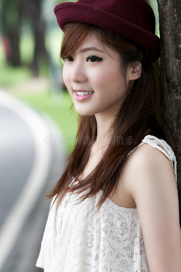 asiatisk gullig flickastående royaltyfri foto