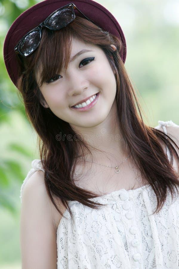 asiatisk gullig flickastående arkivfoton