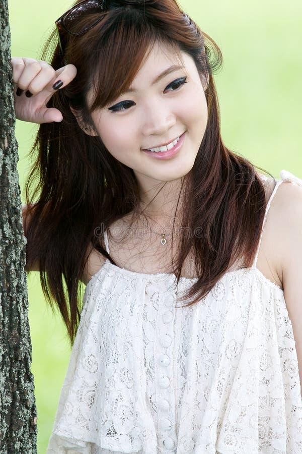 asiatisk gullig flickastående royaltyfri fotografi